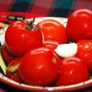 соленые помидоры в чашке
