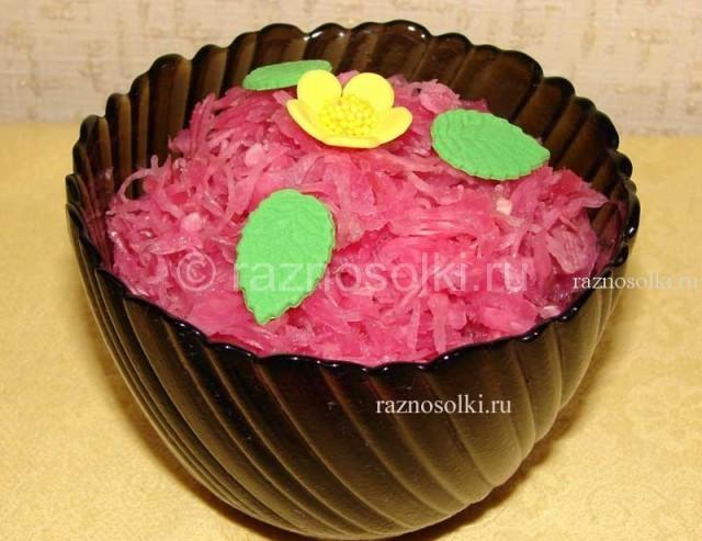 аппетитная капуста со свеклой в салатнике