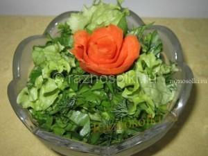 салат из первой зелени украшен розочкой из моркови