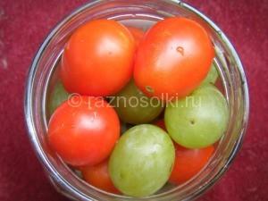 наполнение баночки помидорами и виноградом