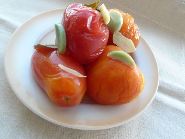 маринованные томаты в тарелке