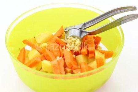 Чеснок в картофеле