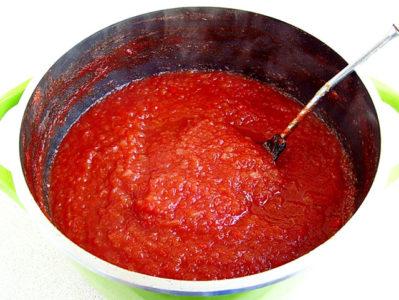 Сваренный томатно-яблочный кетчуп