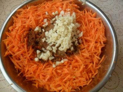 Чеснок в моркови