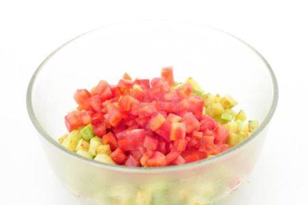 кусочки помидор с кабачками