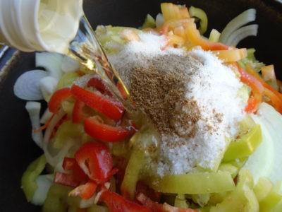 Специи и масло в салате