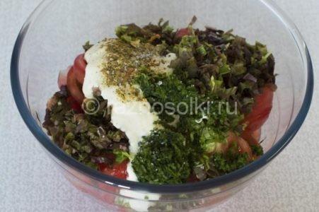 Специи и пряности в салате из томатов