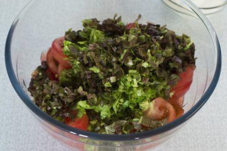 Листья салата с помидорами