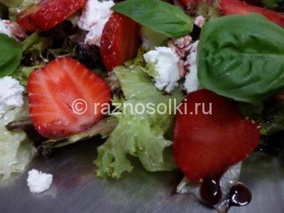 Ягоды клубники в салате