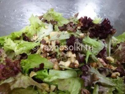 Орехи с листьями салата