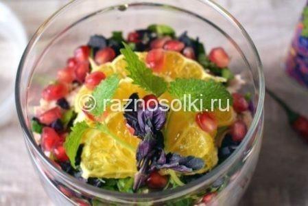 Салат украшенный гранатом