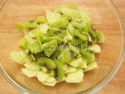 Огурцы с киви в салатнике