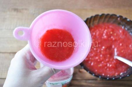 Как налить томат в бутылки