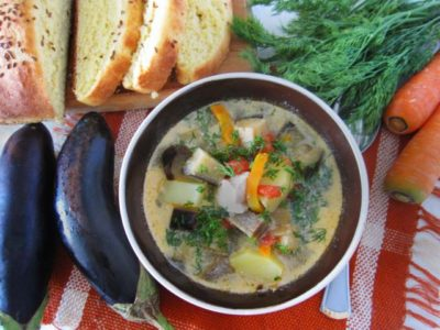 Суп с баклажанами в тарелке