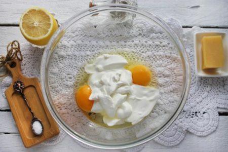 Яйца со сметаной
