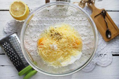 яйца со сметаной и сыром