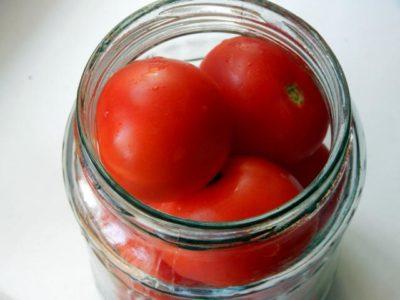 Укладывание помидор в банку